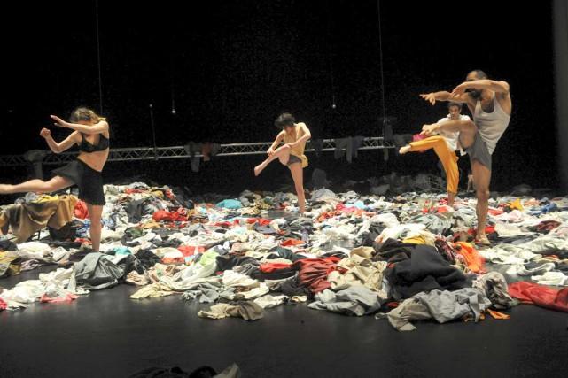 Les danseurs évoluent sur une scène recouverte de... (Chris Van der Burght)
