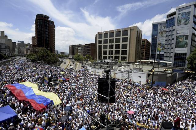 La marche de Caracas a commencé pacifiquement, samedi,... (PHOTO FEDERICO PARRA, AFP)