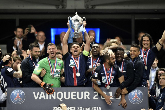 Le capitaine Thiago Silva soulève la Coupe de France.... (PHOTO FRANCK FIFE, AFP)