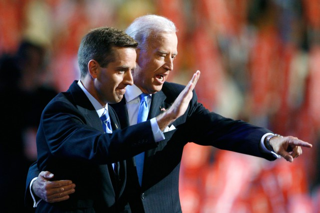 Joe Biden et son fils Beau en 2008... (PHOTO CHRIS WATTIE, ARCHIVES REUTERS)