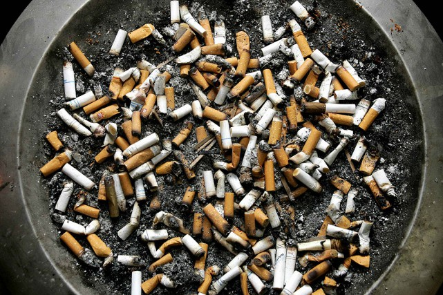 Sortir pour fumer une cigarette pourrait bien s'avérer insuffisant pour... (Photo Shaun Best, archives Reuters)