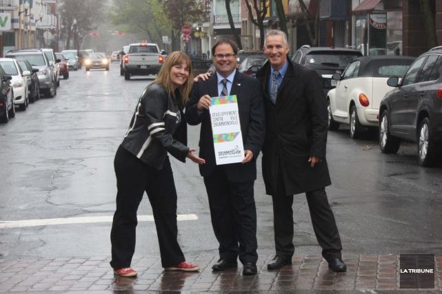 Le maire de Drummondville, Alexandre Cusson, est entouré... (La Tribune, Yanick Poisson)