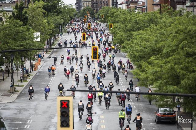 Quelque 25 000 cyclistes participent au populaireTour de... (PHOTO OLIVIER PONTBRIAND, LA PRESSE)