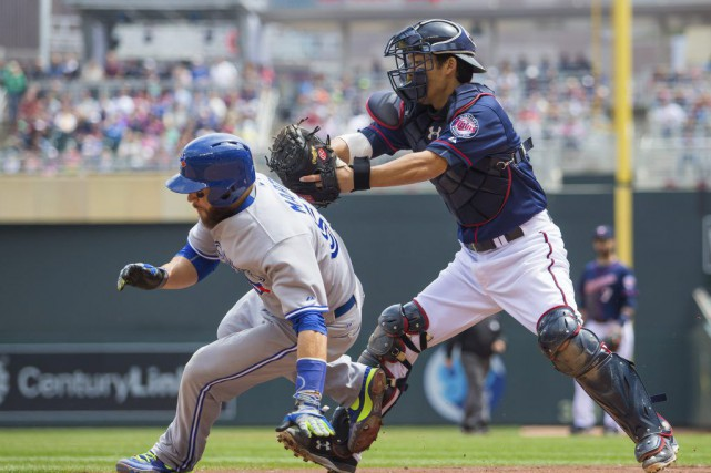 Kurt Suzuki retire Russell Martin.... (PHOTO BRAD REMPEL, USA TODAY)