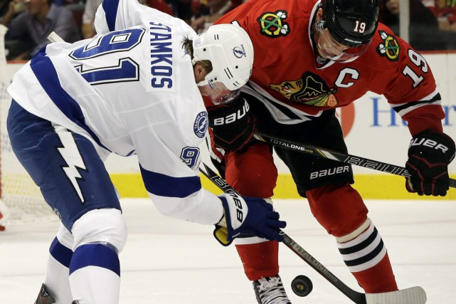 Steven Stamkos et Jonathan Toews... (Photo Nam Y. Huh, archives AP)