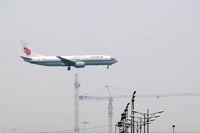Un avion de Air China se pose à... (Photo Bernardo De Niz, Bloomberg)