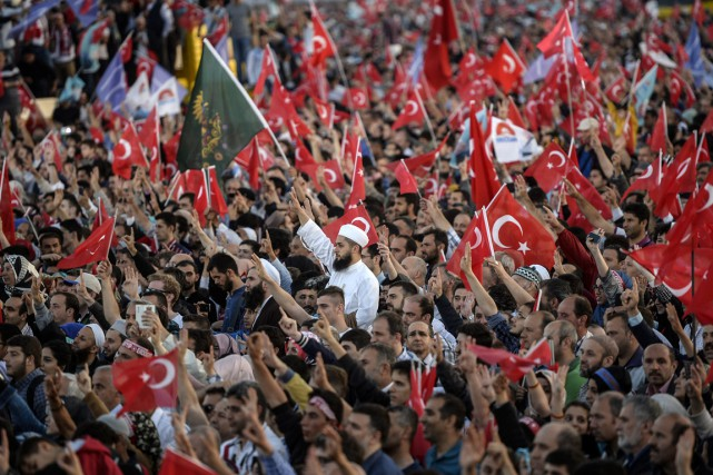 La foule a crié des slogans en faveur... (PHOTO BULENT KILIC, REUTERS)
