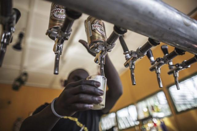 En bouche, la Soweto Gold a un goût... (PHOTO GIANLUIGI GUERCIA, AFP)