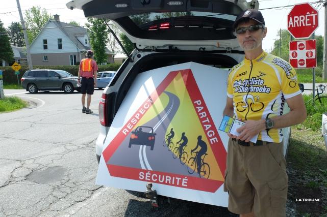 ArnoldRoss, du Club cycliste de Sherbrooke, distribuait des... (La Tribune, Alexandre Faille)