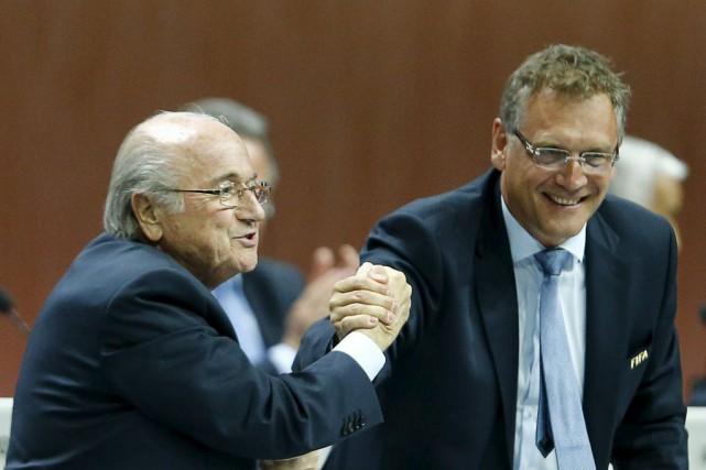 Sepp Blatter (à gauche) et Jérôme Valcke lors... (PHOTO ARND WIEGMANN, REUTERS)