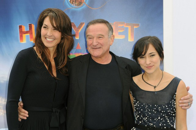 Robin Williams entouré de Susan Schneider et de... (Archives AP)
