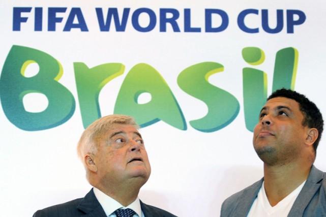 Ricardo Teixeira aux côtés du joueur étoile brésilien... (Archives AFP)