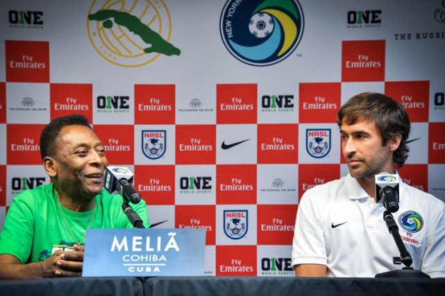 Pelé et Raul en conférence de presse lundi... (Photo: AFP)