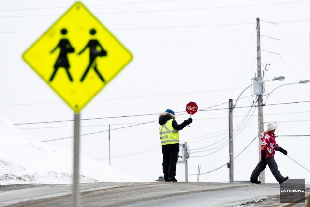 Quatre intersections situées dans des corridors scolaires seront réaménagées... (Archives La Tribune)