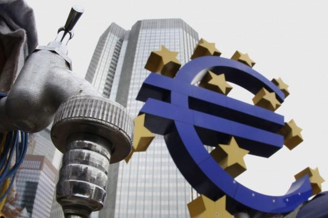 L'euro baissait face au dollar lundi alors que le président de la Catalogne a... (PHOTO ARCHIVES AP)