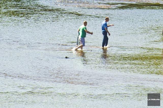 Deux amateurs de pêche ont été sauvés in extremis de la rivière Saint-François... (Archives La Tribune, Jocelyn Riendeau)