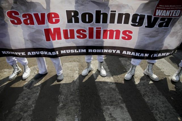 Des activistes islamistes indonésiens manifestent leur soutien aux... (PHOTO BEAWIHARTA, REUTERS)