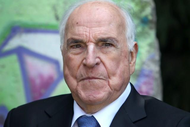 Helmut Kohl, qui détient le record de longévité... (PHOTO  DANIEL ROLAND, ARCHIVES AFP)