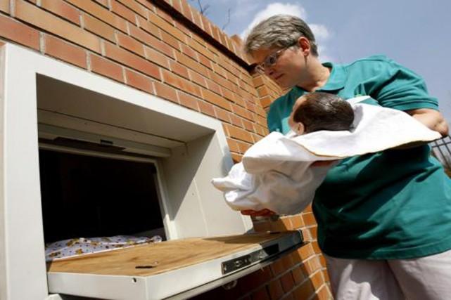 La «boîte à bébés» garantit l'anonymat du dépositaire.... (PHOTO FRANCEINFO.FR/MAXPPP)