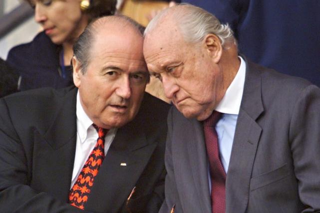 Le président de la FIFA, Joseph Blatter, avec... (Photo Pedro Ugarte, archives AFP)