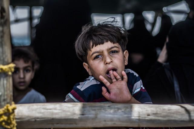 Les combats ont forcé de nombreux civils, dont... (PHOTO ANDREAS STAHL, AP)