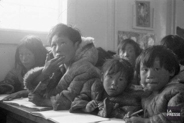 Des écoliers autochtones sont assis à leurs pupitres... (PHOTO ARCHIVES CANADA)