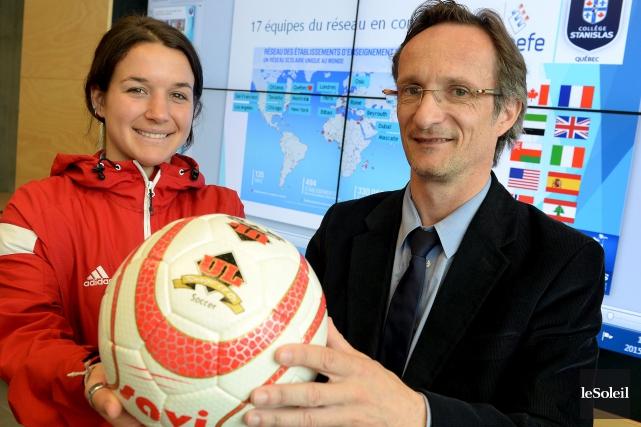 L'entraîneure de l'équipe de soccer du Collège Stanislas... (Le Soleil, EricK Labbé)