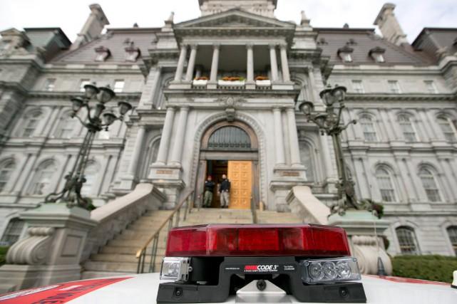 La sécurité de l'hôtel de ville sera amélioréedans... (PHOTO HUGO-SÉBASTIEN AUBERT, ARCHIVES LA PRESSE)