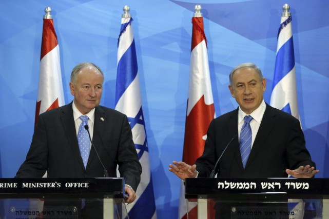 Rob Nicholson et Benjamin Netanyahou... (PHOTO AMMAR AWAD, AGENCE FRANCE-PRESSE)