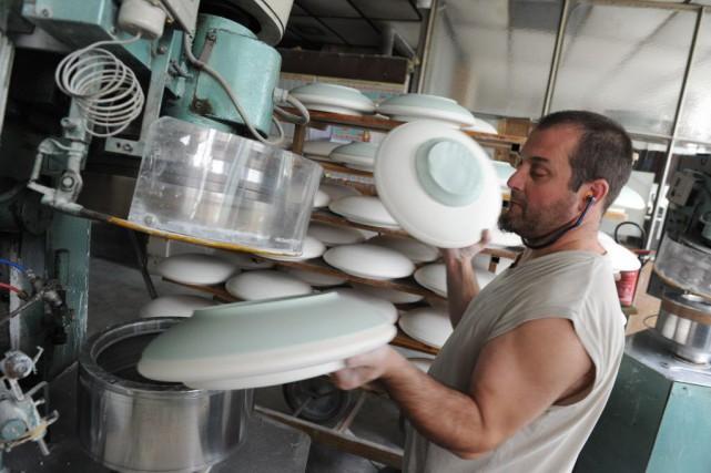 Porcelaine de Limoges, parapluies d'Aurillac, grenat de Perpignan,... (PHOTO MEHDI FEDOUACH, AFP)