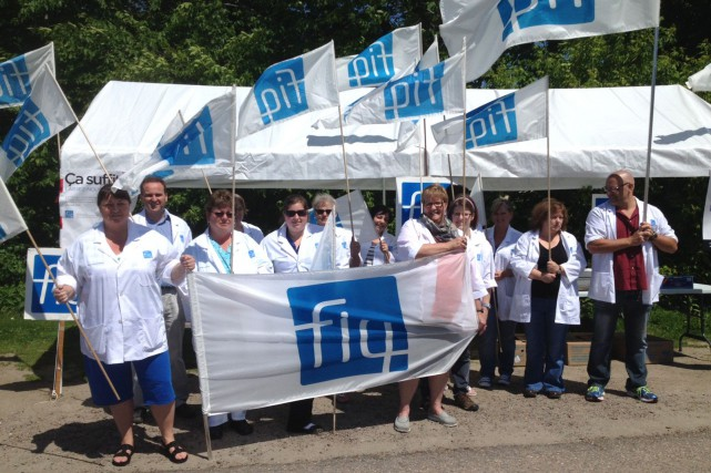 Des membres de la FIQ ont manifesté devant... (Courtoisie)