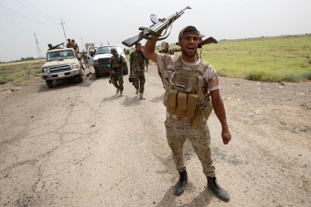 Un milicien irakien pro-gouvernemnet célèbre la victoire d'une... (Photo: AFP)