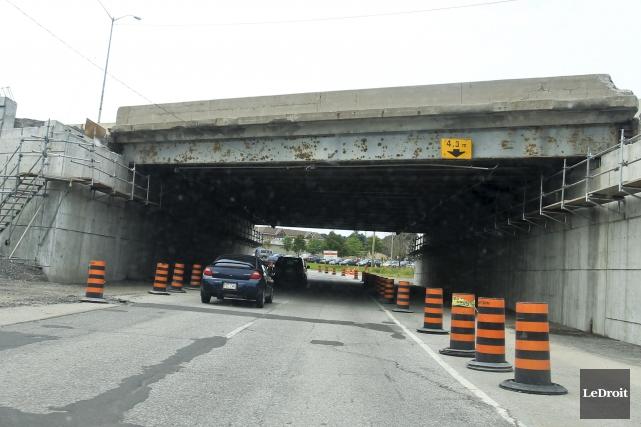 Le pont d'étagement de l'avenue Carling, à Ottawa.... (Patrick Woodbury, Archives LeDroit)