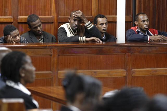 Les cinq hommes ont nié les charges qui... (PHOTO THOMAS MUKOYA, REUTERS)