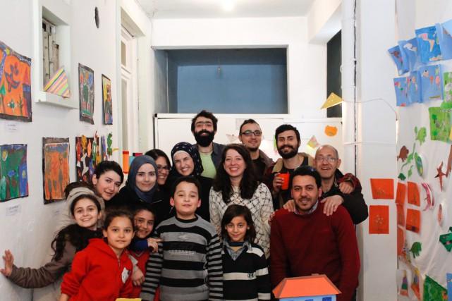 Andréa Zarif (au centre), Montréalaise d'origine syrienne de... (PHOTO FOURNIE PAR UN RÊVE SYRIEN EN TURQUIE)