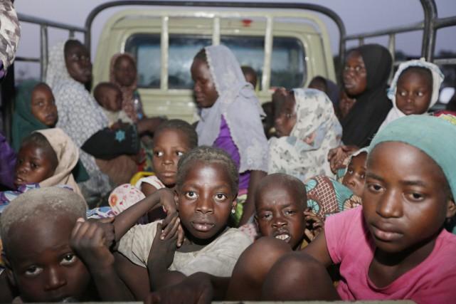 Des enfants et des femmes libérés par les... (PHOTO SUNDAY ALAMBA, ARCHIVES AP)
