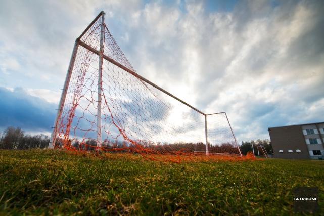 Les fermetures de terrain de soccer en raison du mauvais temps causent des maux... (Archives La Tribune)