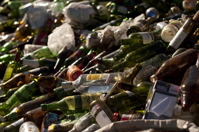 Périodiquement, la consignation des bouteilles de la Société... ((Archives))