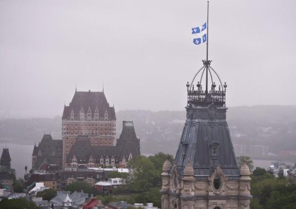 Le drapeau du Québec est en berne au... (PHOTO JACQUES BOISSINOT, LA PRESSE CANADIENNE)