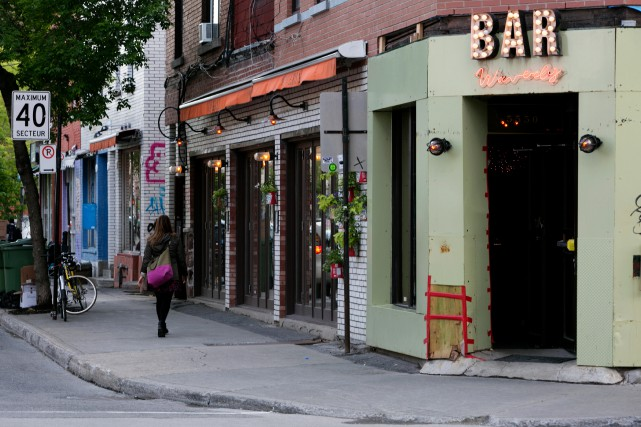 Le bar Waverly, à l'angle du boulevard Saint-Laurent... (PHOTO OLIVIER JEAN, LA PRESSE)