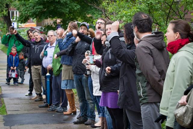 Des centaines de parents ont formé lundi dernier... (PHOTO IVANOH DEMERS, LA PRESSE)