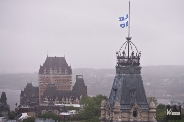 Drapeau en berne au Parlement... (PHOTO JACQUES BOISSINOT, LA PRESSE CANADIENNE)