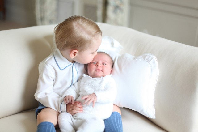 Le prince George avec sa petite soeur Charlotte.... (Photo Reuters)