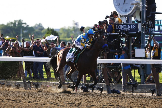 American Pharoah et son jockey Victor Espinoza... (Photo Winslow Townson, USA TODAY Sports)
