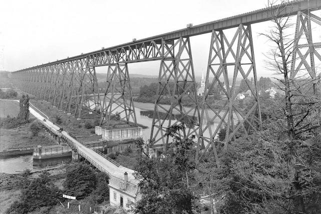 Le tracel de Cap-Rouge en 1916... (Wm. Notman & Son, Le viaduc du Transcontinental à Cap-Rouge, 1916, View-6050 ©Musée McCord)