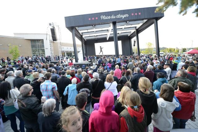Plusieurs personnes se sont déplacées pour l'inauguration officielle... (Photo Le Progrès-Dimanche, Jeannot Lévesque)