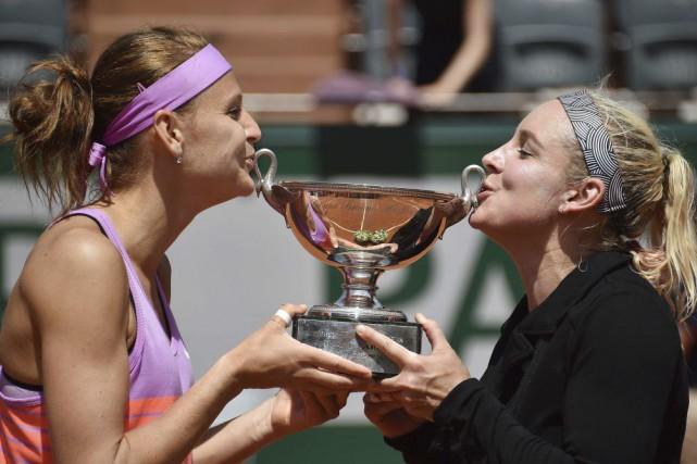 Lucie Safarova (à gauche) et sa partenaireBethanie Mattek-Sands... (PHOTO PASCAL GUYOT, AFP)
