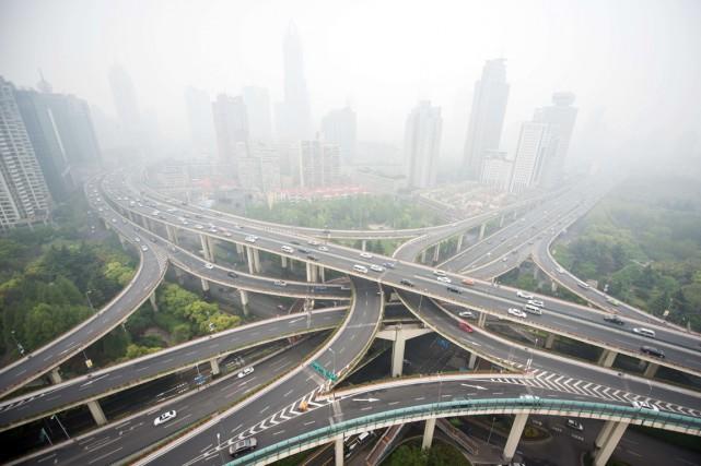 Nuage de pollution à Shanghai, en mai dernier.... (PHOTO JOHANNES EISELE, AFP)
