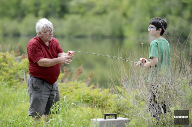 Gilles Magnan donnait quelques trucs à son petit-fils,... ((Photo Le Quotidien, Jeannot Lévesque))