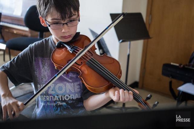 Simon Finnerty étudie le violon à l'École des... (PHOTO EDOUARD PLANTE-FRÉCHETTE, LA PRESSE)
